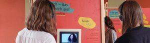 """Schüler betrachten die Wandersusstellung """"Muslimisch in Ostdeutschland"""""""